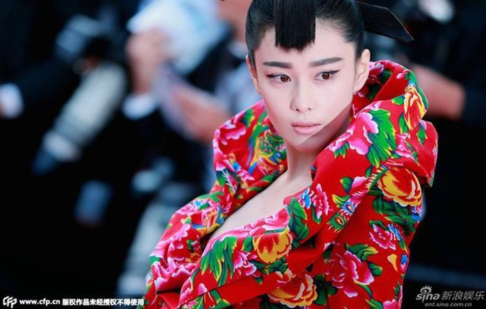 Hết hồn với những bộ cánh thảm họa của dàn sao Hoa ngữ khi tham dự sự kiện: Đường Yên - Dương Mịch có tên