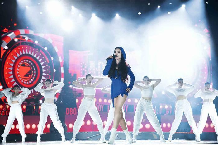 Đây là đoạn drop 'cực nghiện' của Đông Nhi trên sân khấu quốc tế khiến fan Việt 'u mê' mãi không thôi