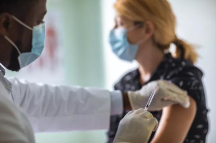 Nên ăn gì trước và sau khi tiêm vaccine Covid-19? Ảnh 1