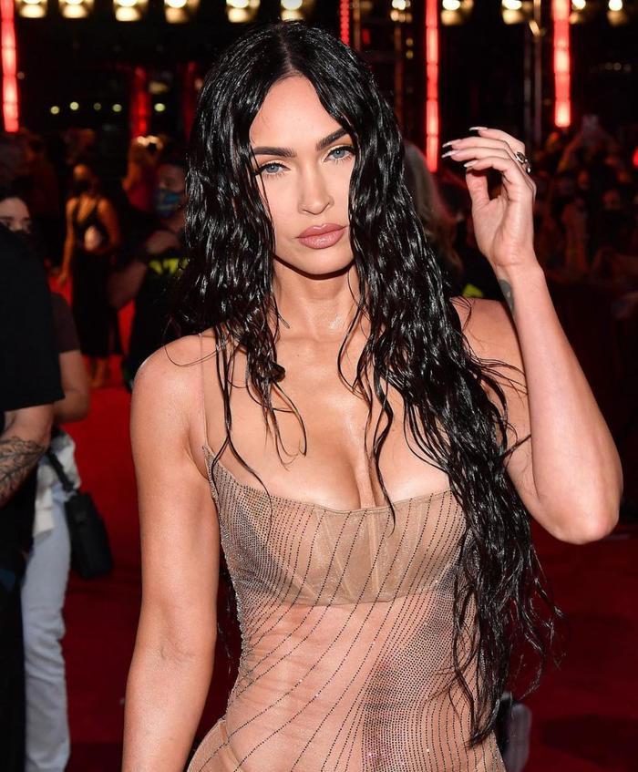 Megan Fox mặc váy trong suốt, khoe thân triệt để gây 'náo loạn' thảm đỏ VMAs 2021 Ảnh 2