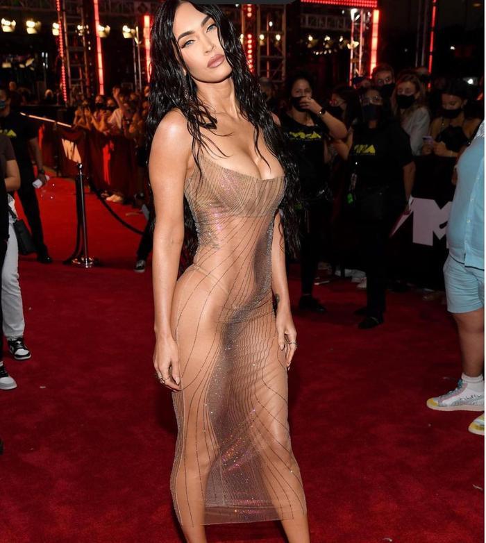 Megan Fox mặc váy trong suốt, khoe thân triệt để gây 'náo loạn' thảm đỏ VMAs 2021 Ảnh 1