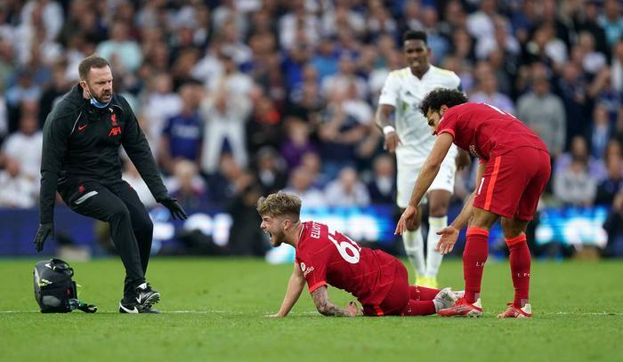 Cận cảnh sao trẻ Liverpool chấn thương rùng rợn sau cú xoạc bóng của đối thủ Ảnh 1
