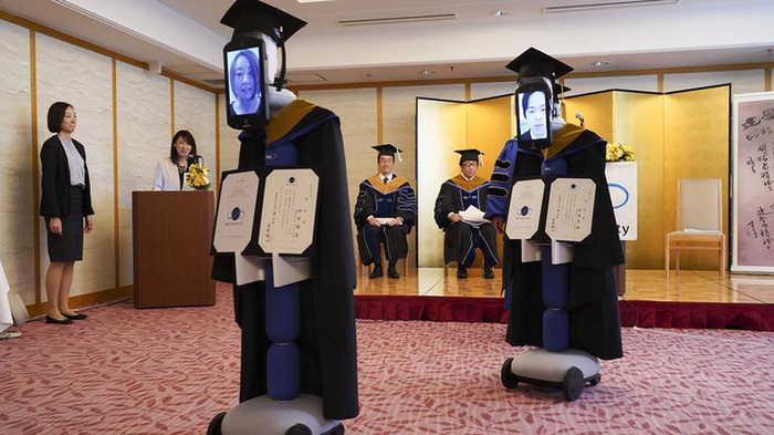 Một trường tại Việt Nam dùng robot để thay thế sinh viên nhận bằng tốt nghiệp Ảnh 4