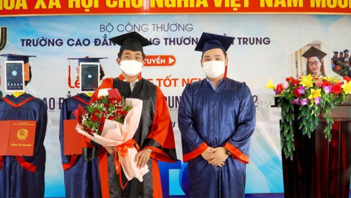 Một trường tại Việt Nam dùng robot để thay thế sinh viên nhận bằng tốt nghiệp Ảnh 2