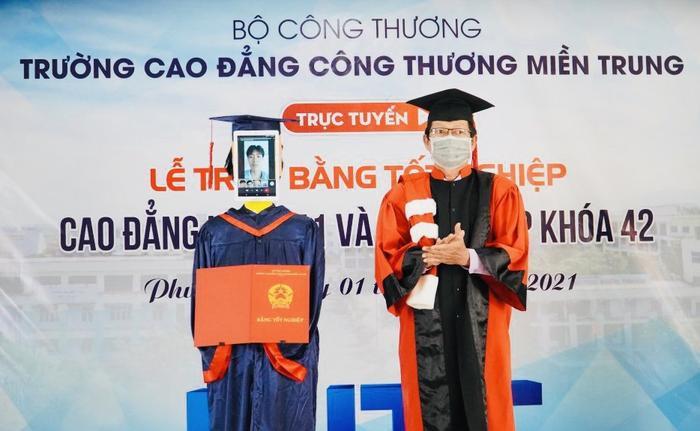Một trường tại Việt Nam dùng robot để thay thế sinh viên nhận bằng tốt nghiệp Ảnh 1