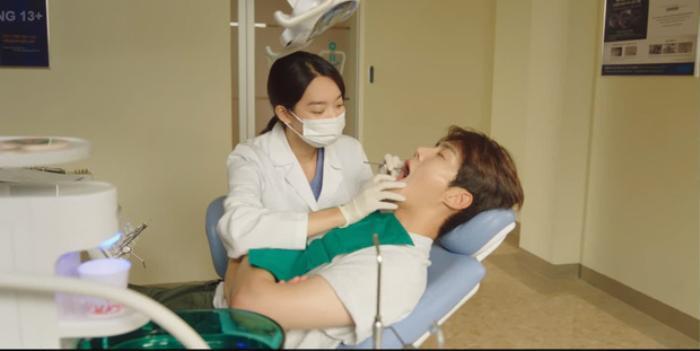 'Hometown Cha Cha Cha' tập 6: Shin Min Ah và Kim Seon Ho bật chế độ 'xanh lá' vì một nụ hôn Ảnh 1