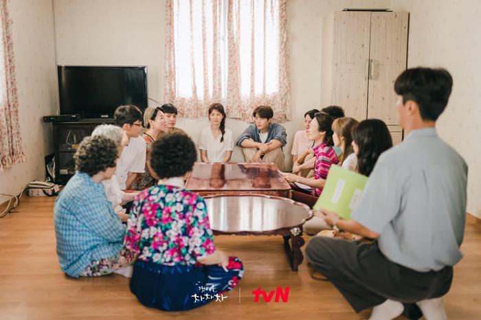 'Hometown Cha Cha Cha' tập 6: Shin Min Ah và Kim Seon Ho bật chế độ 'xanh lá' vì một nụ hôn Ảnh 2