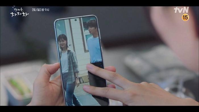 'Hometown Cha Cha Cha' tập 6: Shin Min Ah và Kim Seon Ho bật chế độ 'xanh lá' vì một nụ hôn Ảnh 3