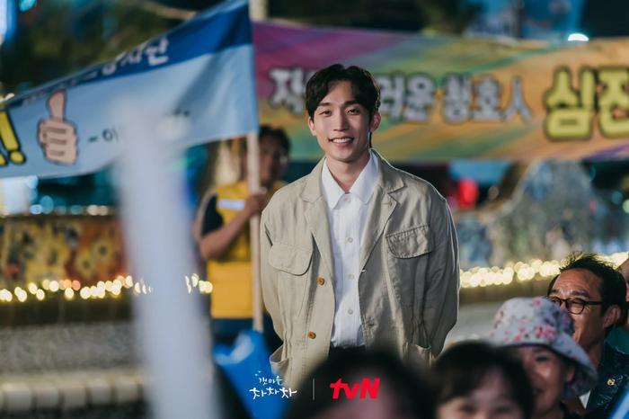 'Hometown Cha Cha Cha' tập 6: Shin Min Ah và Kim Seon Ho bật chế độ 'xanh lá' vì một nụ hôn Ảnh 6