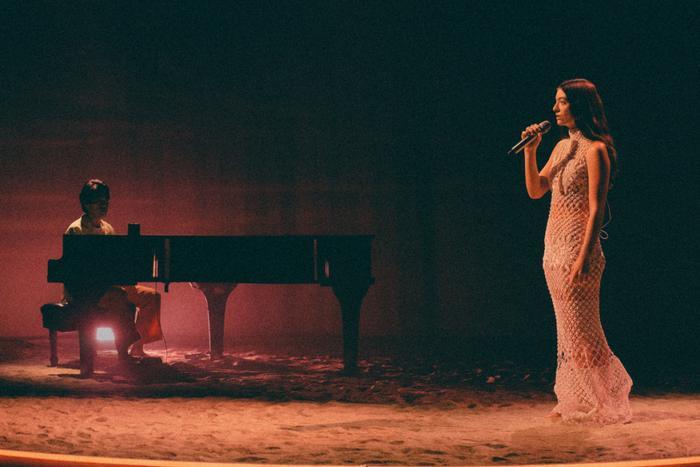 Người đẹp 'Điệp vụ bất khả thi' quyến rũ mê hồn với váy Công Trí, fan Việt rần rần tự hào Ảnh 10