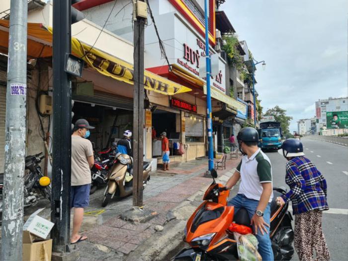 TP.HCM cho phép bán đồ ăn mang đi: Cửa hàng đìu hiu, chủ quán e dè