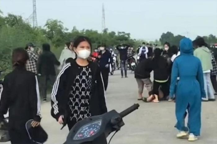 Ninh Bình: Hàng chục nữ sinh cầm mũ bảo hiểm, gậy sắt lao vào 'hỗn chiến' trên đê