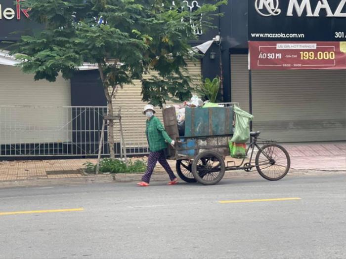Diễn viên Tân Trề gây xúc động khi đăng bức ảnh mẹ ruột làm lao công thu gom rác Ảnh 1