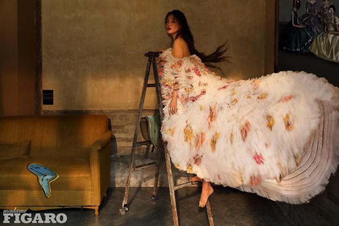 Thư Kỳ lộng lẫy khoác toàn váy Haute Couture trên tạp chí số Kim Cửu Ảnh 2