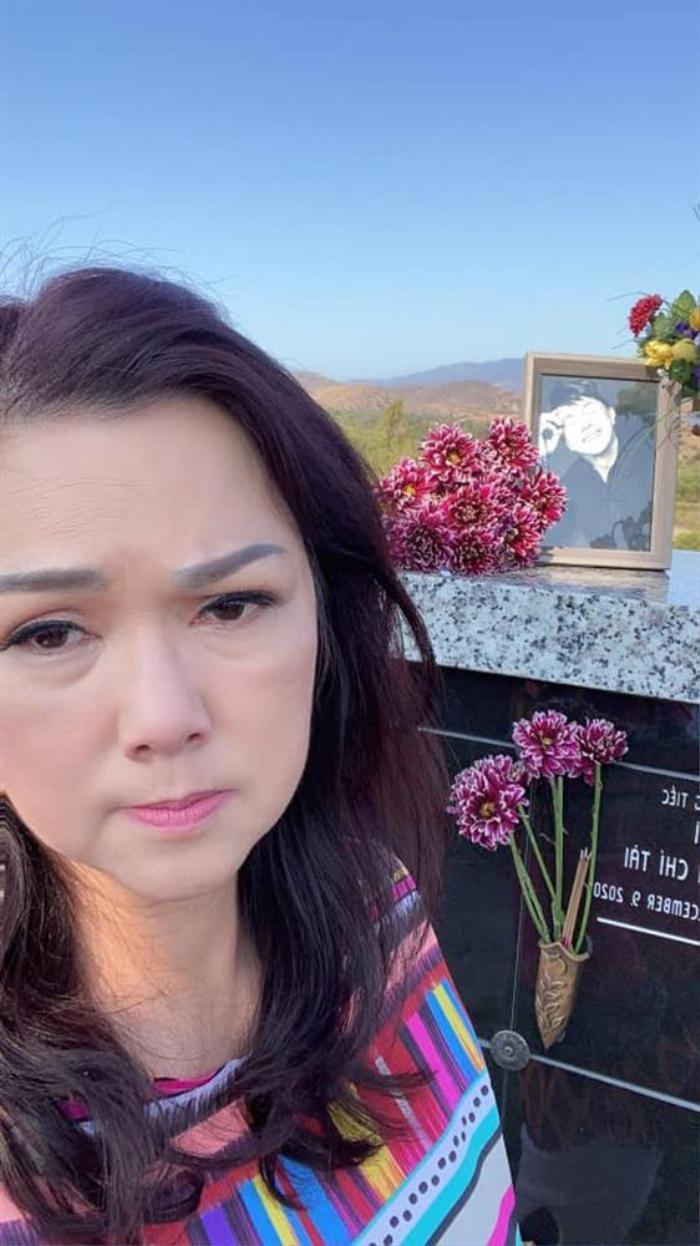 Đăng ảnh viếng mộ chồng, vợ cố nghệ sĩ Chí Tài nhận được loạt bình luận tiêu cực