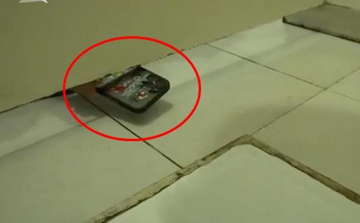 Đi vệ sinh, nữ y tá 'sợ hết hồn' khi thấy điện thoại xuất hiện dưới cánh cửa Ảnh 1