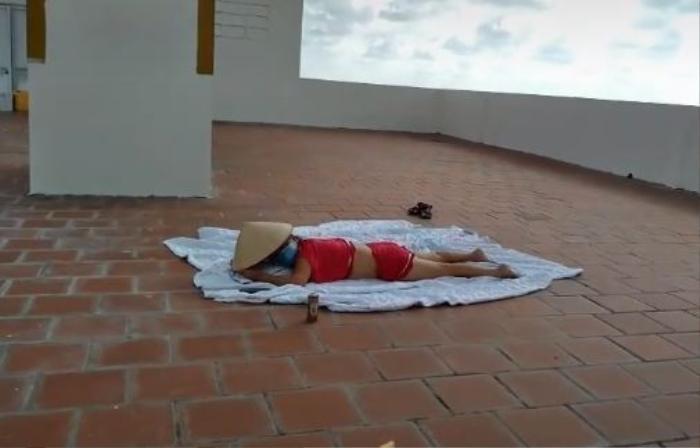 Người phụ nữ được cho là F0 ăn mặc 'mát mẻ' lên sân thượng phơi nắng, bị nhắc nhở vẫn nằm trơ trơ Ảnh 2
