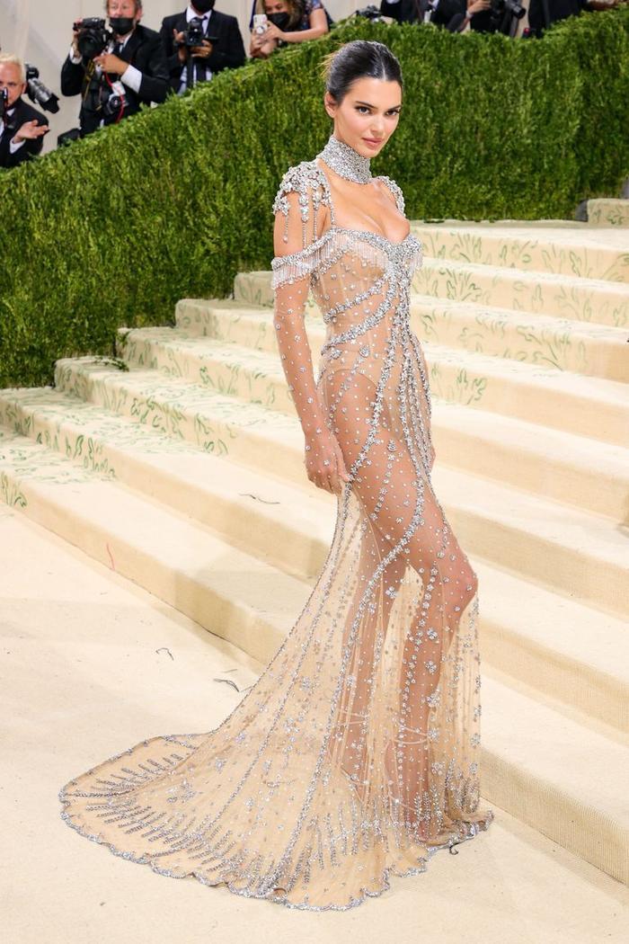Met Gala 2021: Kendall Jenner đẹp nín thở với váy đính đá xuyên thấu soi rọi cơ thể Ảnh 2