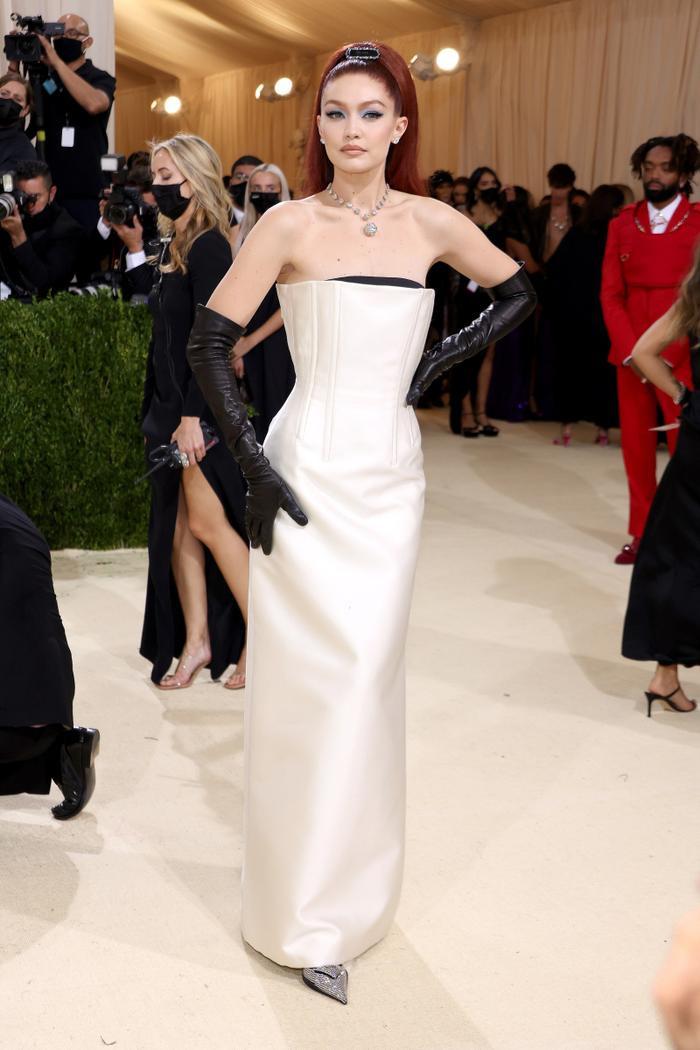 Met Gala 2021: Kendall Jenner đẹp nín thở với váy đính đá xuyên thấu soi rọi cơ thể Ảnh 6
