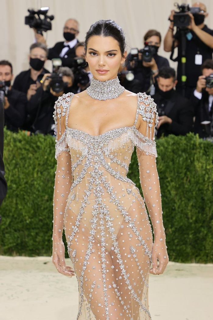 Met Gala 2021: Kendall Jenner đẹp nín thở với váy đính đá xuyên thấu soi rọi cơ thể Ảnh 1
