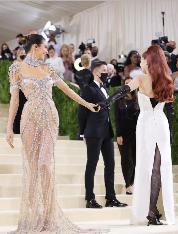 Met Gala 2021: Kendall Jenner đẹp nín thở với váy đính đá xuyên thấu soi rọi cơ thể Ảnh 5