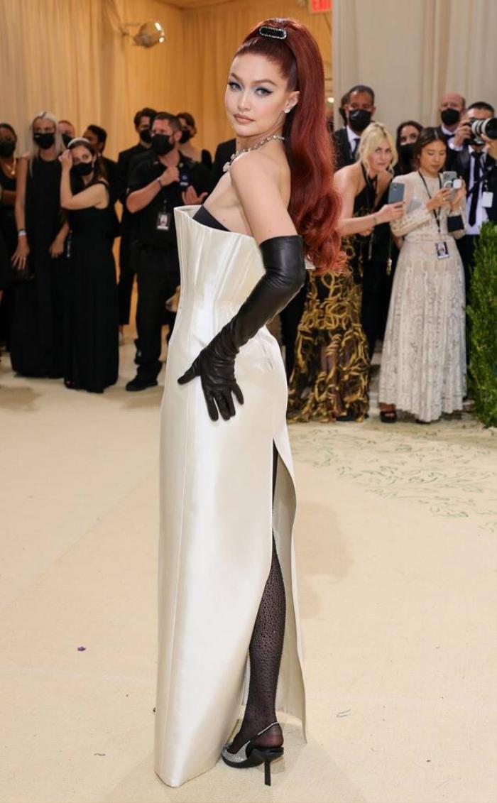Met Gala 2021: Kendall Jenner đẹp nín thở với váy đính đá xuyên thấu soi rọi cơ thể Ảnh 7