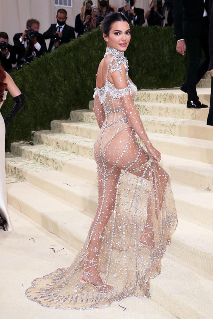 Met Gala 2021: Kendall Jenner đẹp nín thở với váy đính đá xuyên thấu soi rọi cơ thể Ảnh 3