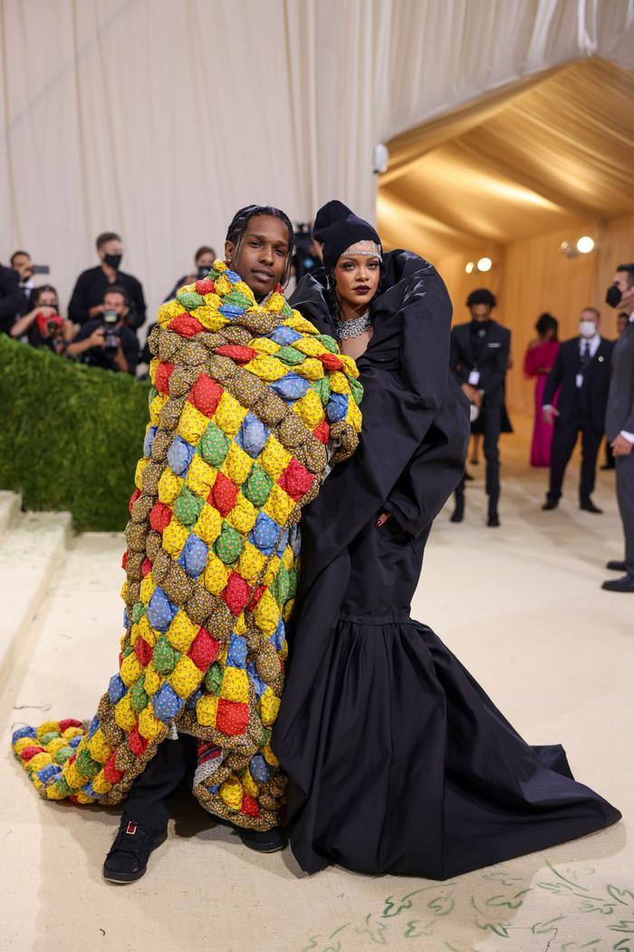 Rihanna 'quấn chăn mền', Kim Kardashian trùm kín mặt đến thảm đỏ Met Gala 2021 Ảnh 1