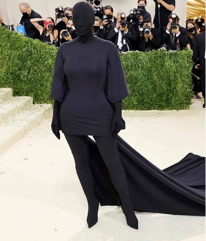 Rihanna 'quấn chăn mền', Kim Kardashian trùm kín mặt đến thảm đỏ Met Gala 2021 Ảnh 6