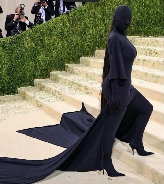Rihanna 'quấn chăn mền', Kim Kardashian trùm kín mặt đến thảm đỏ Met Gala 2021 Ảnh 5