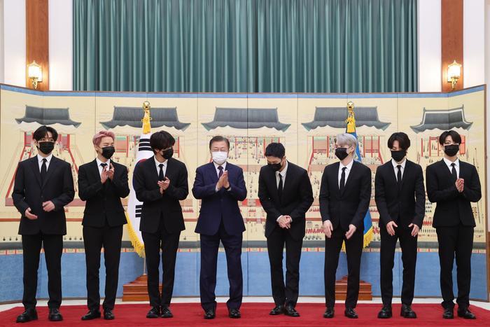 BTS xuất hiện cùng Tổng thống Moon Jae In trong lễ bổ nhiệm Đặc phái viên Văn hoá Tương lai Ảnh 1