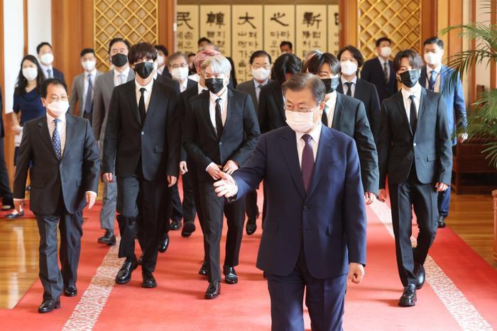 BTS xuất hiện cùng Tổng thống Moon Jae In trong lễ bổ nhiệm Đặc phái viên Văn hoá Tương lai Ảnh 3