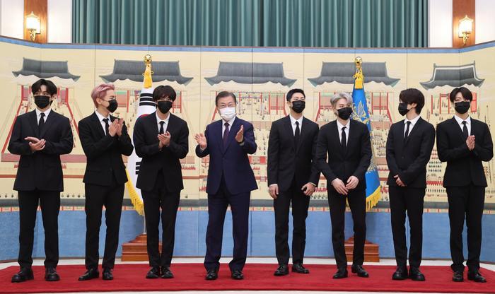 BTS xuất hiện cùng Tổng thống Moon Jae In trong lễ bổ nhiệm Đặc phái viên Văn hoá Tương lai Ảnh 2
