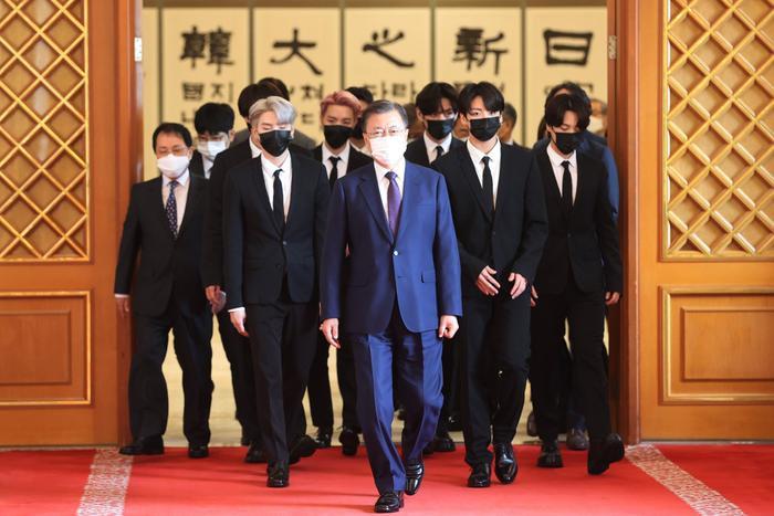 BTS xuất hiện cùng Tổng thống Moon Jae In trong lễ bổ nhiệm Đặc phái viên Văn hoá Tương lai Ảnh 4