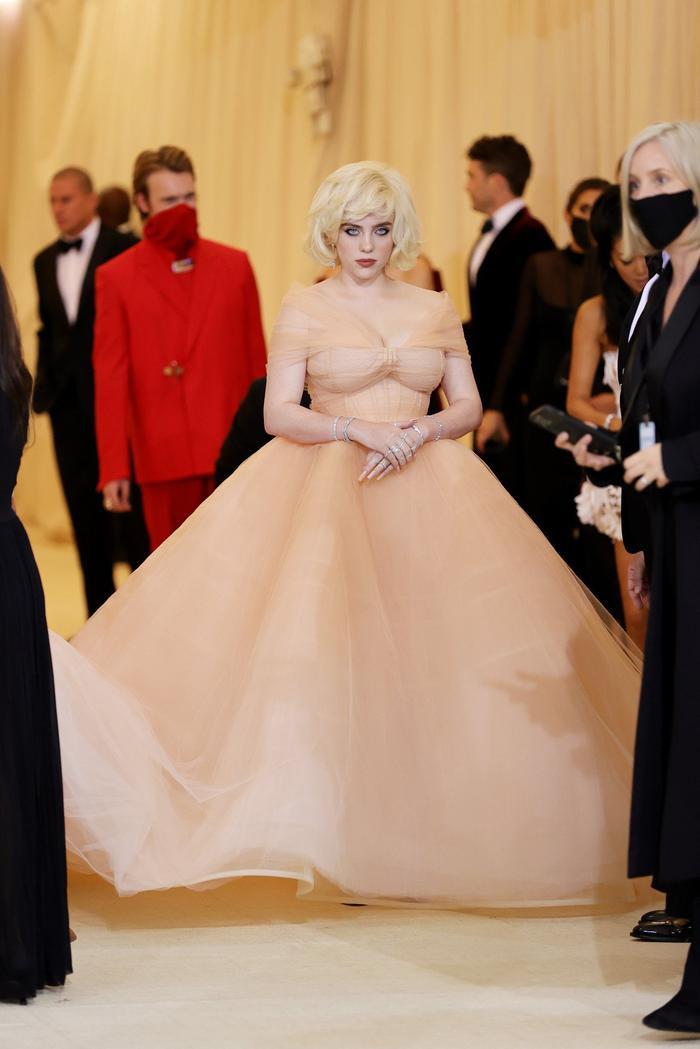 Billie Eilish mặc váy khoe 'cặp tuyết lê' khủng, cần 5 người rước lên thảm đỏ Met Gala Ảnh 3