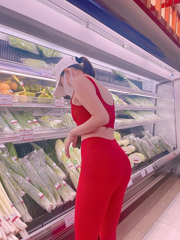 Lệ Quyên 'thả dáng' cực nuột nà trong siêu thị, Lâm Bảo Châu liền có động thái gây chú ý!
