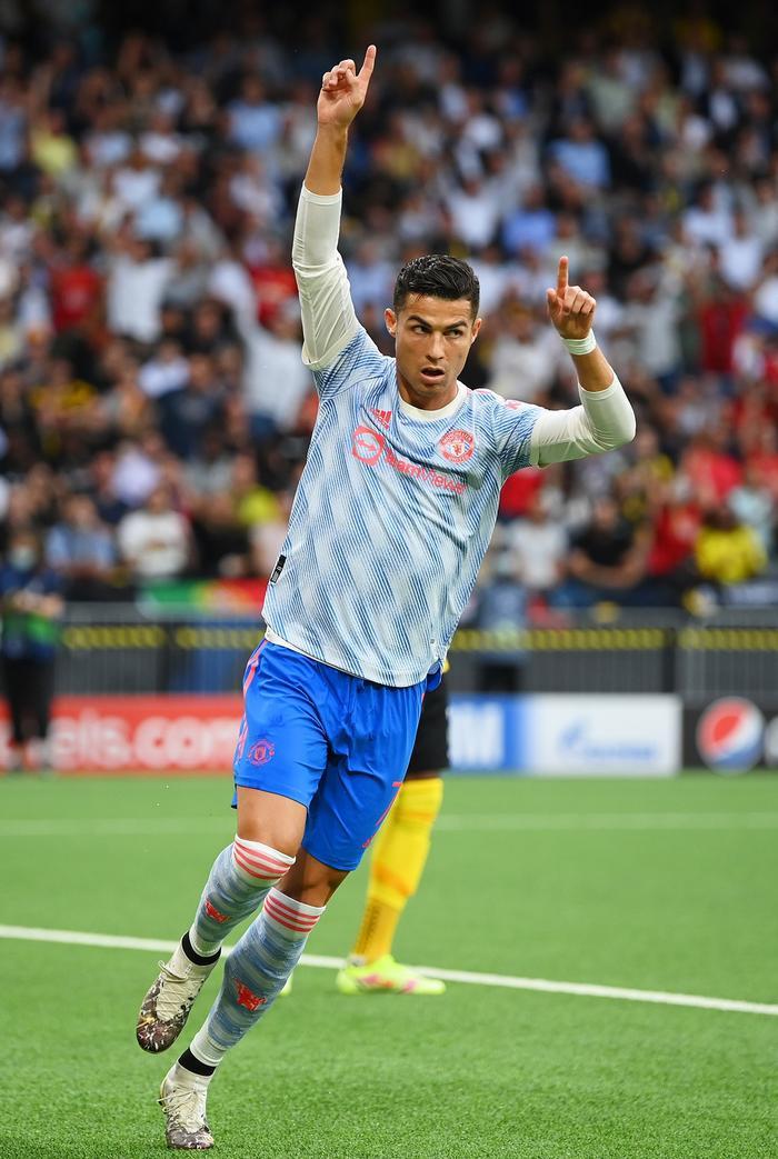 Ronaldo sút như búa bổ, hạ knock-out nữ nhân viên an ninh Ảnh 7