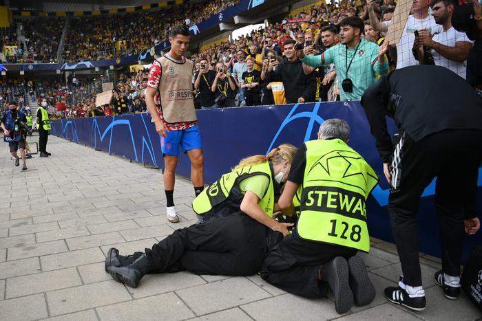 Ronaldo sút như búa bổ, hạ knock-out nữ nhân viên an ninh Ảnh 4
