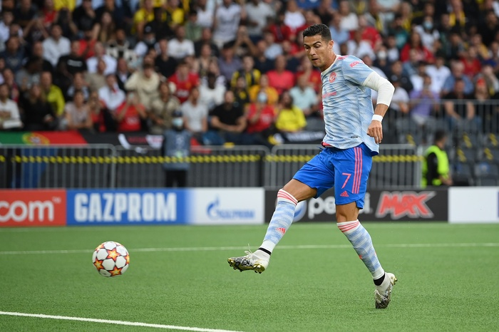 Ronaldo sút như búa bổ, hạ knock-out nữ nhân viên an ninh Ảnh 6