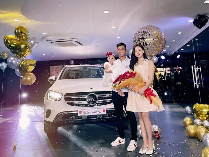 Phan Văn Đức mua xe sang hơn 2 tỷ đồng tặng bà xã Nhật Linh Ảnh 1