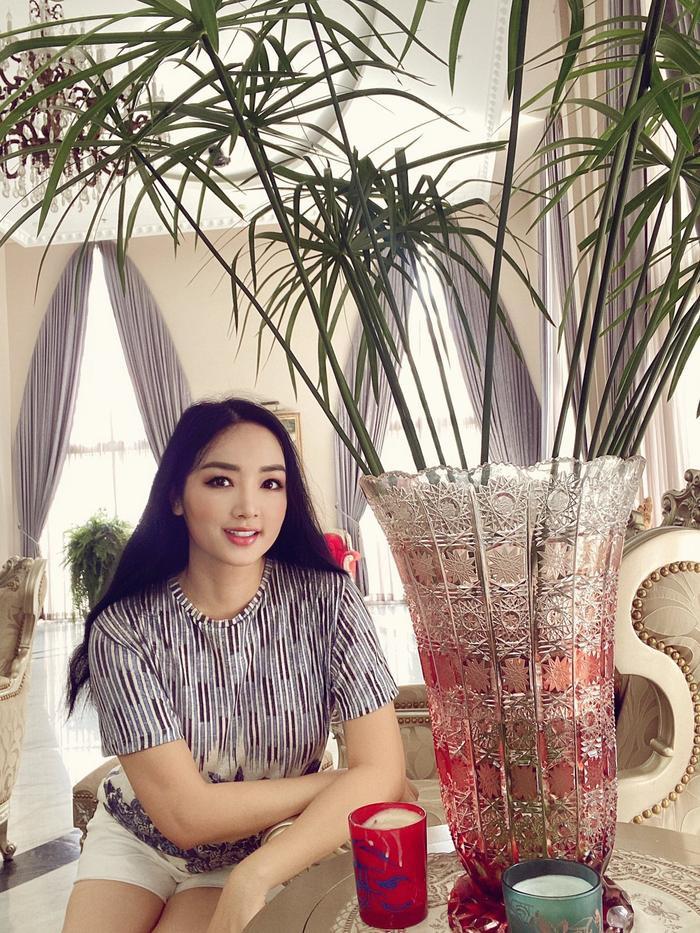 Hoa hậu Giáng My khiến dân tình ganh tỵ nhan sắc trẻ đẹp ở tuổi U50 Ảnh 3