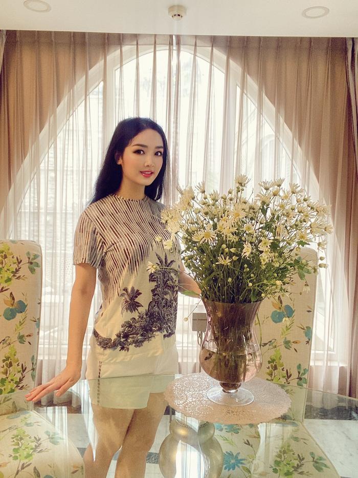 Hoa hậu Giáng My khiến dân tình ganh tỵ nhan sắc trẻ đẹp ở tuổi U50 Ảnh 2