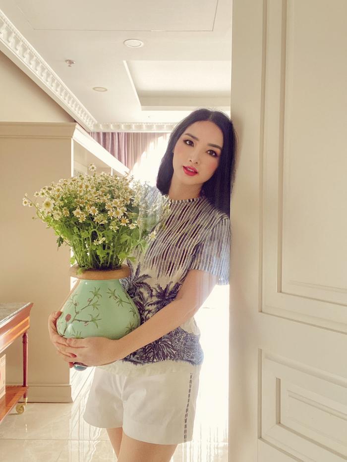 Hoa hậu Giáng My khiến dân tình ganh tỵ nhan sắc trẻ đẹp ở tuổi U50 Ảnh 1