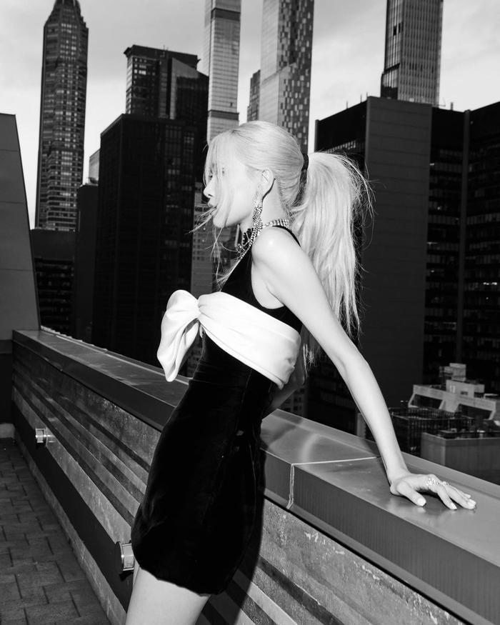 Rosé (BlackPink) chia sẻ vinh hạnh tham dự Met Gala 2021, không quên đăng ảnh thả dáng tại New York