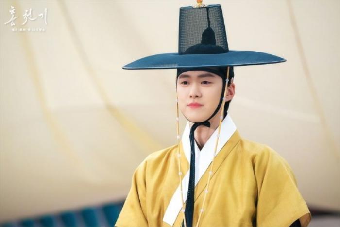 'Bầu trời rực đỏ' tập 6: Nhà chiêm tinh Ahn Hyo Seop khóa môi nữ họa sĩ Kim Yoo Jung dưới ánh trăng