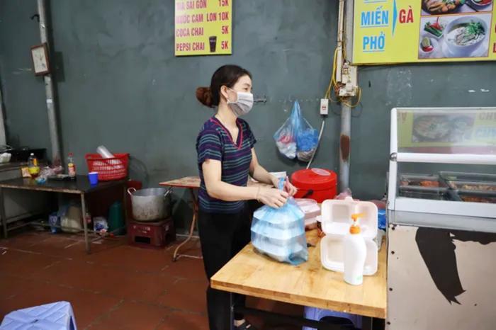Hỏa tốc: Từ 12h ngày 16/9, một số quận, huyện tại Hà Nội được bán hàng ăn, uống mang về Ảnh 1