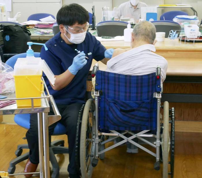 Nhật Bản phát hiện 5 lọ vaccine Pfizer chứa chất lạ Ảnh 2