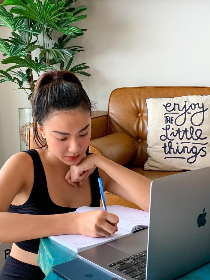 Sau lộ bảng điểm kém, Á hậu Kim Duyên học tập chăm chỉ lấy lại lòng tin của người hâm mộ Ảnh 4
