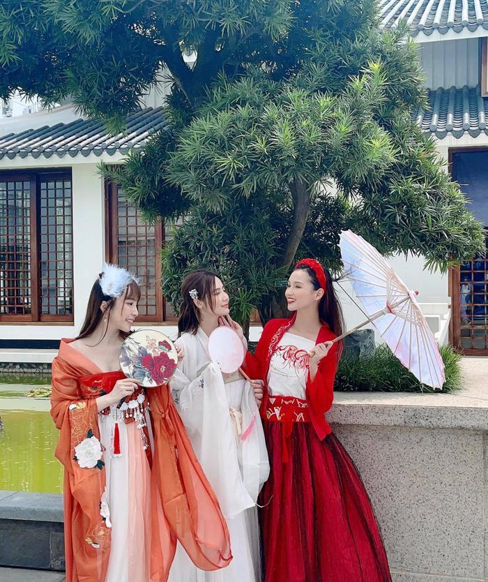 Hậu nghi vấn sống chung, Quỳnh Nga và Việt Anh cùng hóa chị Hằng chú Cuội 'hạ phàm' chơi trăng Ảnh 1