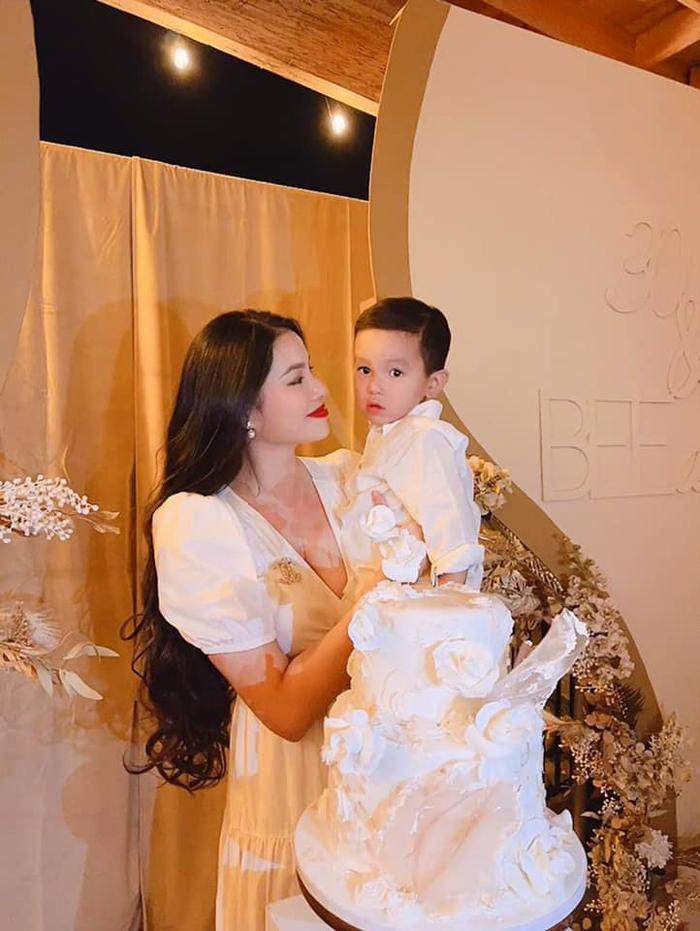 Hoa hậu Phạm Hương lần đầu công khai hình ảnh rõ mặt của con trai thứ hai Ảnh 6